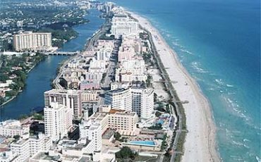 Surfside, el area residencial de apartamentos y casas en venta frente al mar